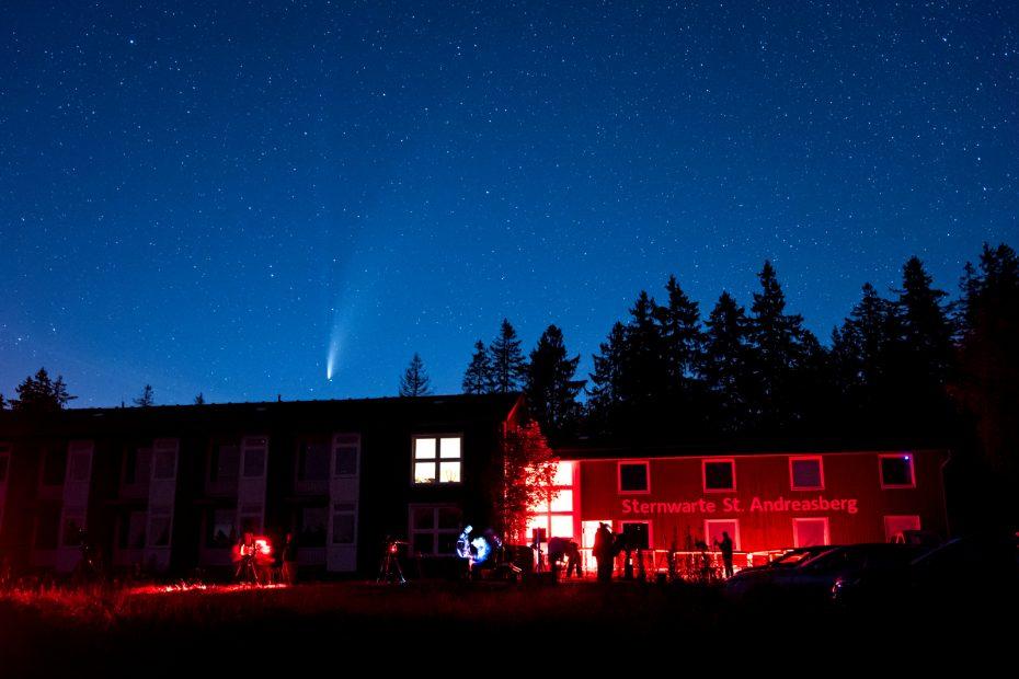 Der Komet Neowise über der Sternwarte